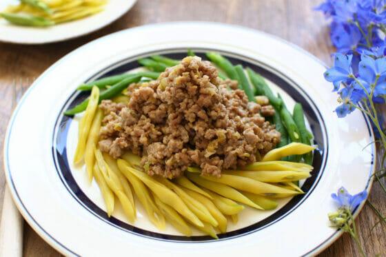 見た目も味も大満足!紫インゲンと黄インゲンの味噌そぼろがけのレシピ。