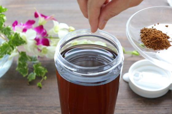 水出し麦茶にインスタントコーヒーを加える
