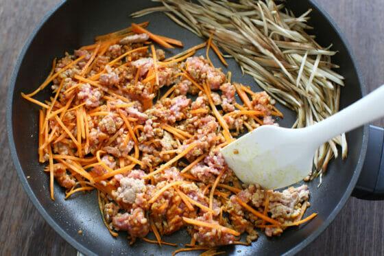 人参と豚ひき肉とカレー粉を炒める