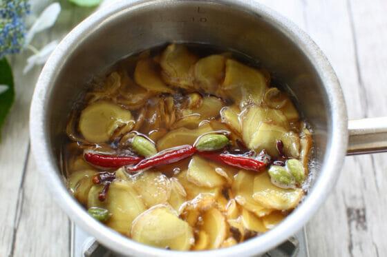生姜を15分ほど煮る