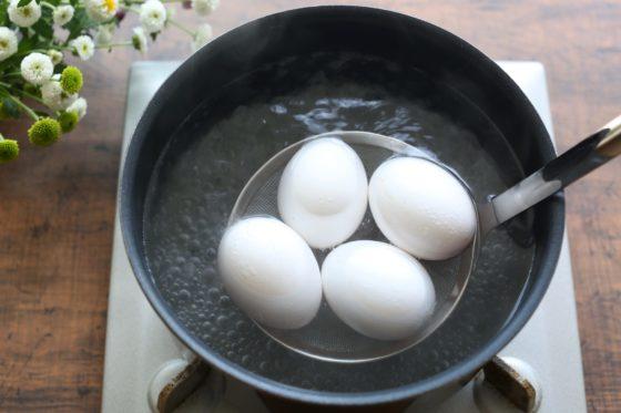 ヒビを入れた卵を茹でる