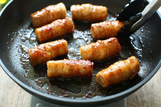 高野豆腐の肉巻きにタレを絡める