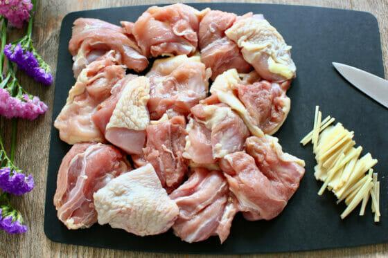 鶏もも肉を一口大に切る