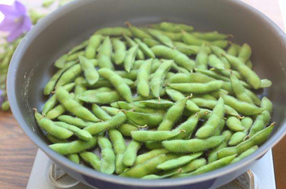 枝豆のフライパンを使った茹で方