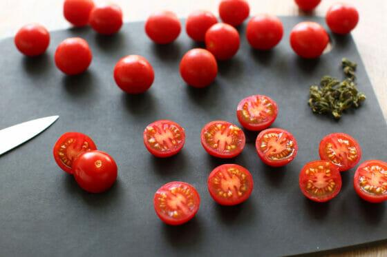 ミニトマトを半分に切る