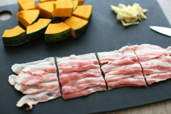 豚バラを食べやすい大きさに切る