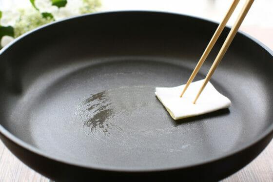 フライパンに薄くオリーブオイルをひく
