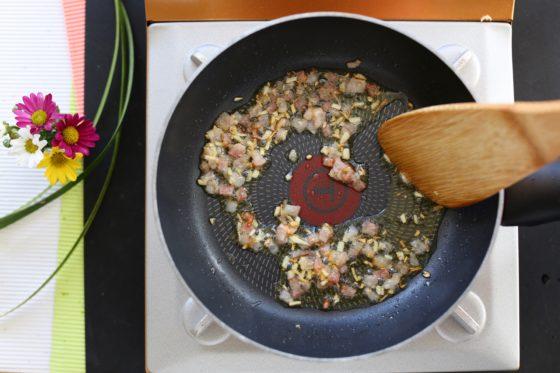 カルボナーラの作り方(ベーコンをフライパンで炒める)