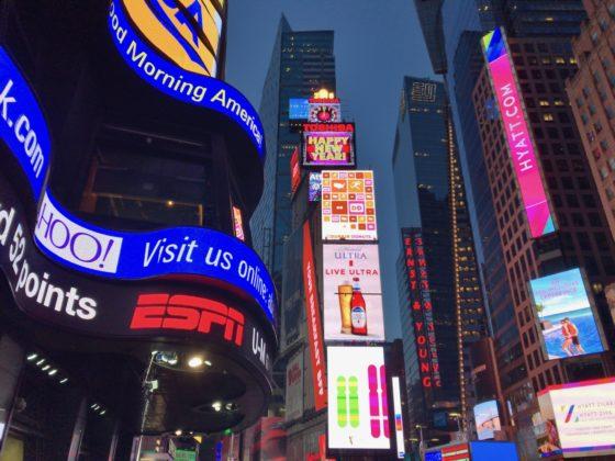 ニューヨークのタイムズスクエアで年越しのカウントダウン