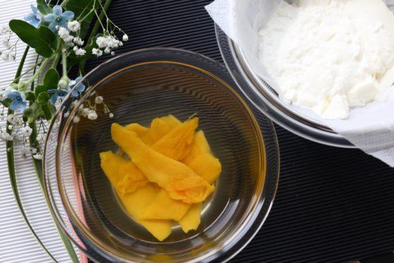水切りヨーグルトとドライマンゴーで作るパフェ