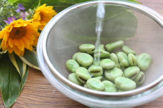 そら豆を水にさらして冷ます