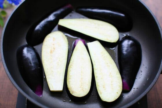 茄子をフライパンに並べる