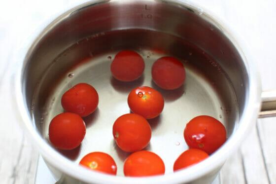 トマトを沸騰した湯で10秒ほど茹でる