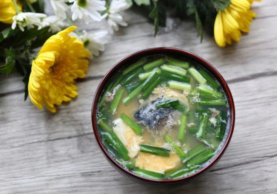 おかず味噌汁(サバ缶とニラと卵)