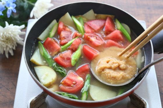 新ジャガ・アスパラ・トマトの洋風長生きみそ汁の作り方