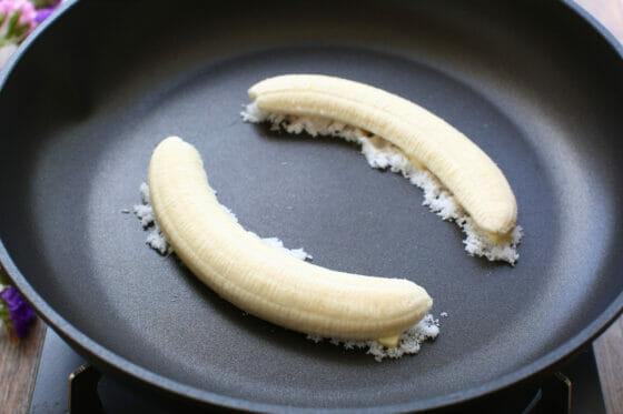砂糖とバターの上にバナナを乗せる