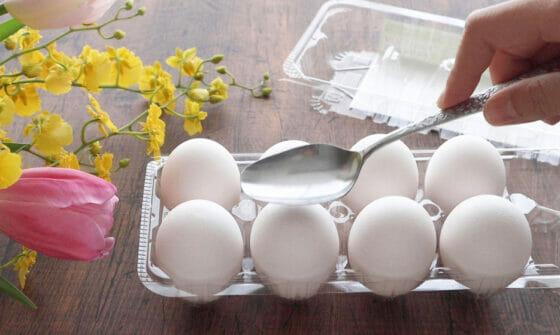 ゆで卵に穴を開けて殻を剥きやすくする