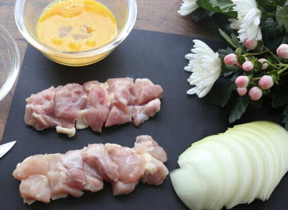 鶏もも肉と玉ねぎを切る