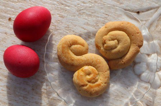 ギリシャの復活祭の赤いゆで卵とクッキー