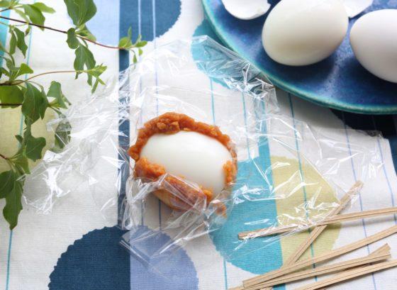 殻を剥いたゆで卵に味噌を塗る