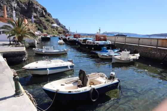 サントリーニ島・フィラのオールドポートの船