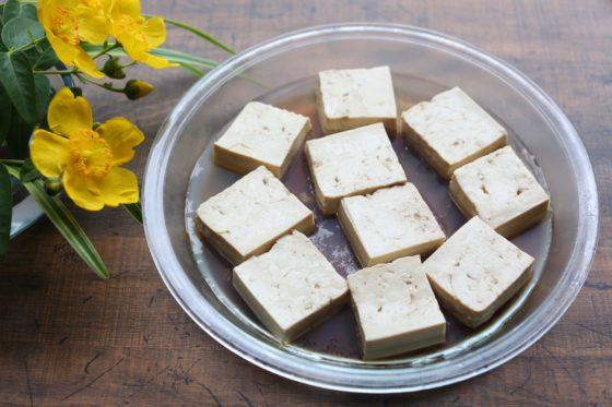 豆腐をオイルと醤油に漬ける