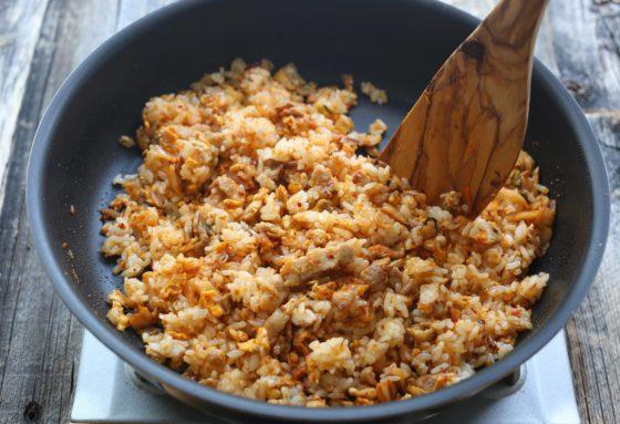 キムチチャーハンの材料のご飯を炒める