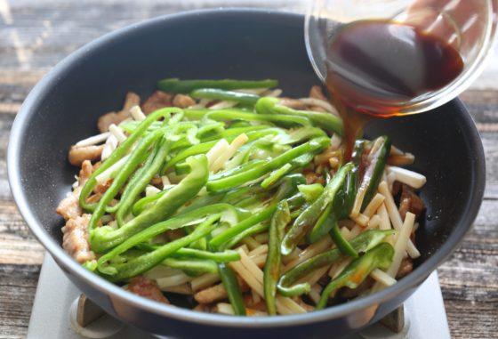 チンジャオロース(青椒肉絲)を炒める