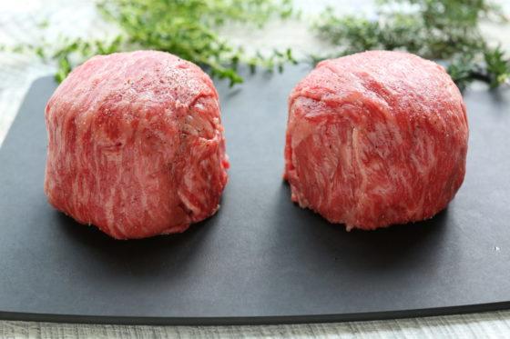 牛肉で包んだトマトとカマンベールチーズ