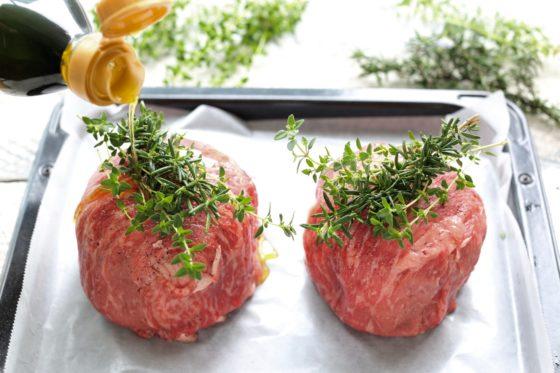 牛肉で包んだトマトとカマンベールチーズをオーブンに入れる