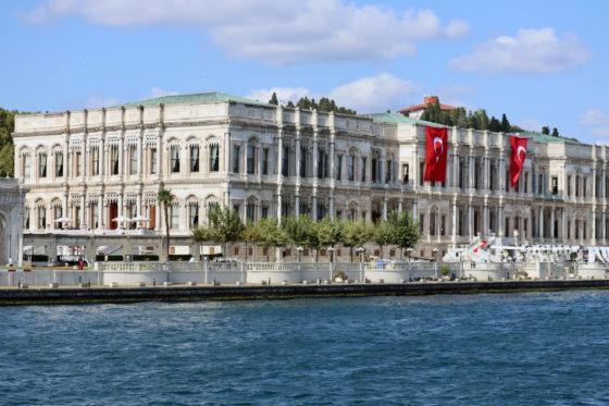 ボスポラス海峡クルーズの見どころ「チュラーン宮殿」