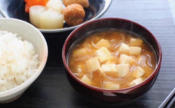 豆腐の味噌汁の作り方!玉ねぎのシャキシャキ食感が旨いシンプルレシピ。