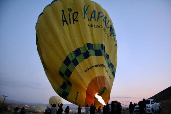 立ち上がる気球