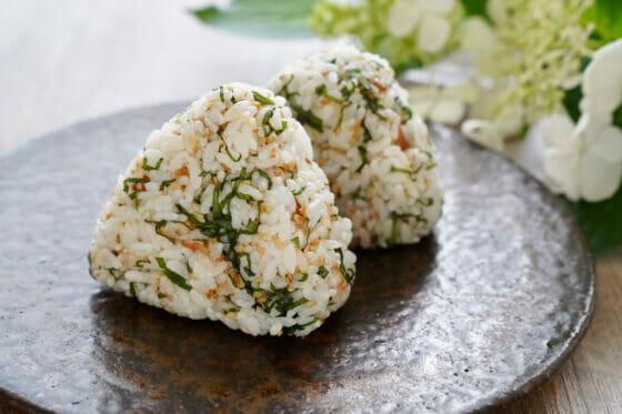 大葉(紫蘇)おにぎりのレシピ。青じそ&ごま油!風味豊かな簡単おむすび