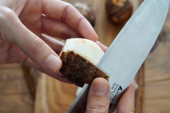 里芋の皮を剥く