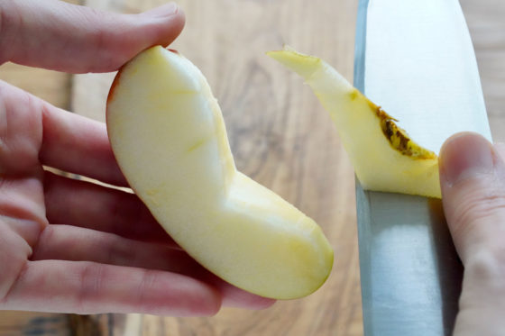 りんごの芯を取り除く