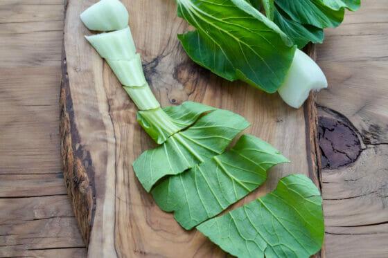 チンゲン菜の茎をそぎ切りにする