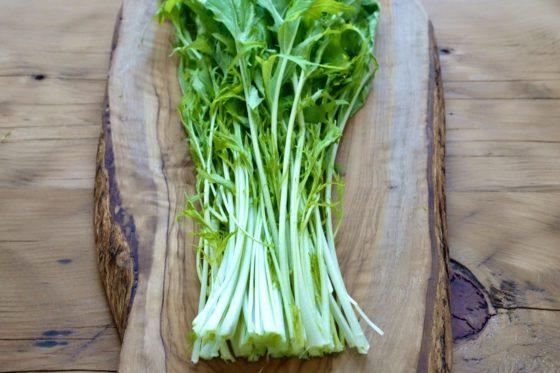 水菜の根元を揃える