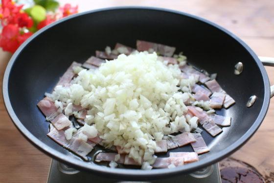 玉ねぎとベーコンをフライパンに入れる