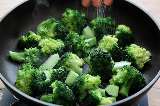 ブロッコリーに砂糖と塩を加える
