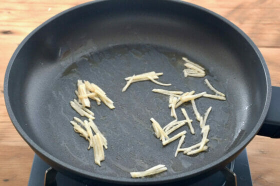 フライパンでしょうがを炒める