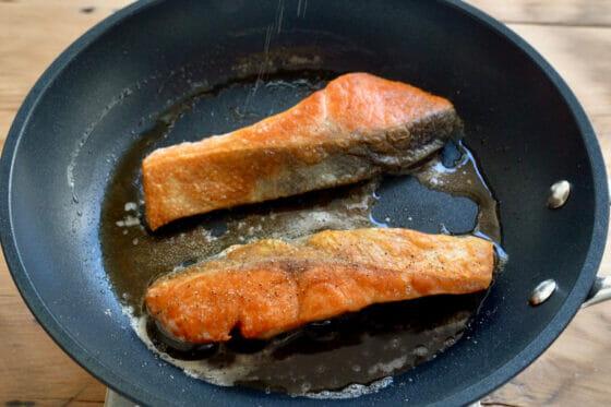 鮭に胡椒をふる