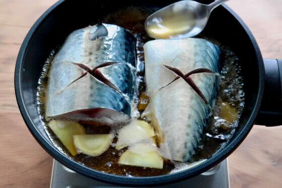 鯖を並べて煮汁をかけて煮立てる