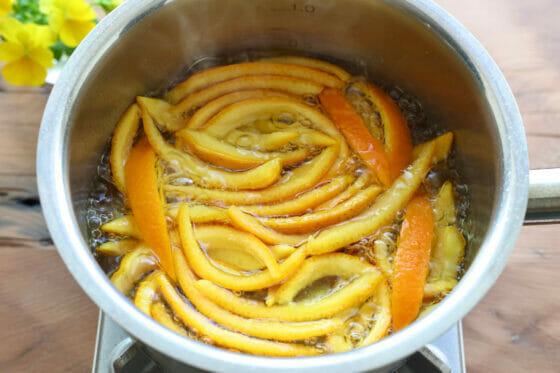 いよかんの皮を砂糖で煮る