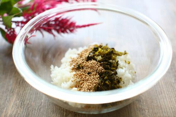 ご飯に高菜漬けとごま油と炒りゴマを加える