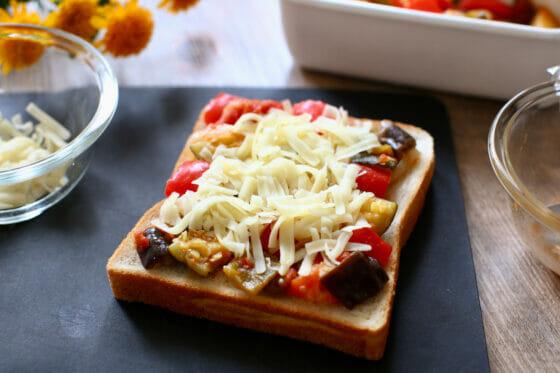 ラタトゥイユの上にチーズを広げてトースターで焼く